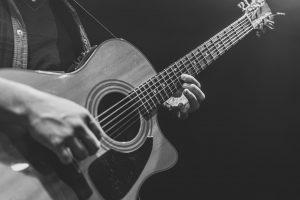 Can guitar strings break on their own?